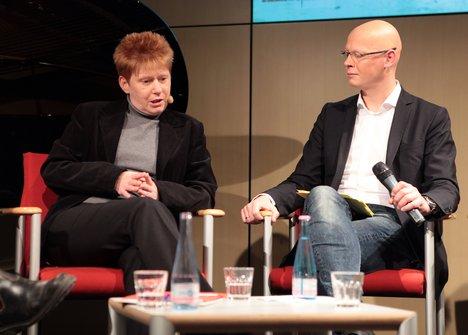 v.l.n.r.: Petra Pau, MdB; Matthias Deiß, ARD-Hauptstadtstudio Foto: Kerstin Brümmer